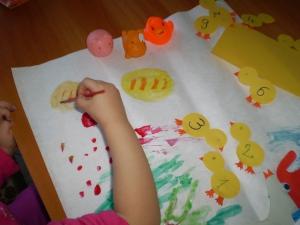Ce picteaza Elena acolo e painea; ea a facut 2 paini ca erau multi la masa. :D